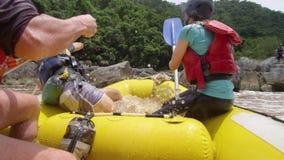 Kayaking na rzecznym prądzie zbiory wideo