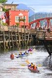 Kayaking Nebenfluss-Straße Alaskas lizenzfreies stockbild