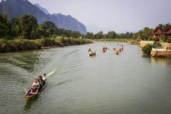 Kayaking no Mekong River na vila pitoresca de Vang Vieng imagem de stock