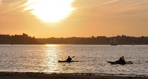 Kayaking no por do sol Imagem de Stock