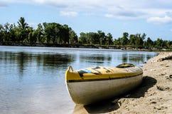 Kayaking no rio azul Imagem de Stock Royalty Free