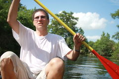 Kayaking no rio do verão fotografia de stock