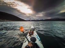 Kayaking in noordelijk Noorwegen Royalty-vrije Stock Foto