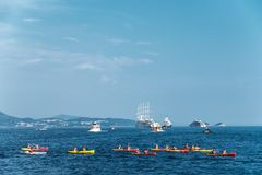 Kayaking op Adriatische Overzees dichtbij Dubrovnik royalty-vrije stock afbeeldingen