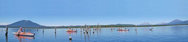 Kayaking op Crane Prairie Reservoir, Oregon - Panorama stock afbeelding