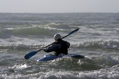 Kayaking op de Atlantische Oceaan in Portugal stock afbeeldingen