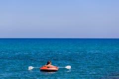 Kayaking op de peddel royalty-vrije stock foto's