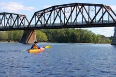 Kayaking op de rivier in Fredericton stock afbeelding