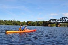 Kayaking op de rivier in Fredericton stock foto