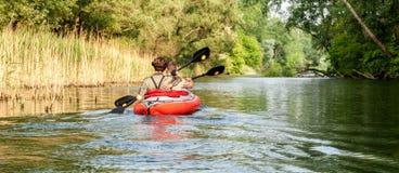 Kayaking op de rivier van Donau, Slowakije Royalty-vrije Stock Foto's