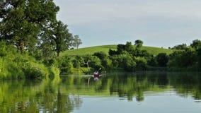 Kayaking op het meer stock footage
