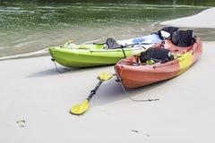 Kayaking op het zand van het overzees royalty-vrije stock foto