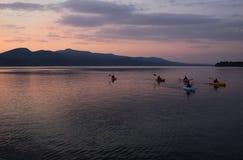Kayaking op Meer Champlain stock afbeelding