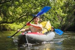 Kayaking op Rivier royalty-vrije stock afbeeldingen
