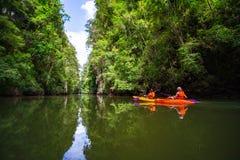 Kayaking på Ao-thagränden royaltyfri fotografi