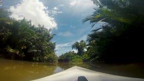 Kayaking på den Preaek Tuekk Chhu floden som svävar till och med Kampot, Cambodja stock video