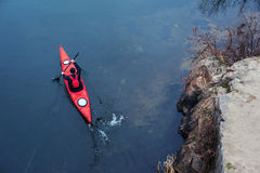 Kayaking på floden, bakre view02 arkivfoto