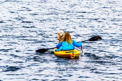 Kayaking på Gummilacka Le Jeune sjön nära Kamloops, British Columbia, Kanada royaltyfri foto