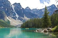 Kayaking på morän sjön, Kanada arkivbild