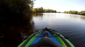 Kayaking på Pivdennyi, Buh som är sydlig, fel, Khmelnytskyi, Ukraina stock video