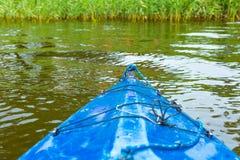 Kayaking par la rivière sauvage en Pologne (rivière d'Omulew) Image stock