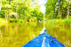 Kayaking par la rivière sauvage en Pologne (rivière d'Omulew) Photographie stock libre de droits