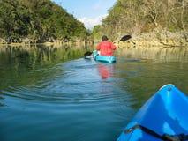 Kayaking rond oorspronkelijk regenwoud Royalty-vrije Stock Afbeelding