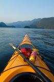 Kayaking am Sonnenuntergang lizenzfreie stockfotos