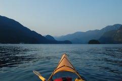 Kayaking am Sonnenuntergang lizenzfreies stockfoto