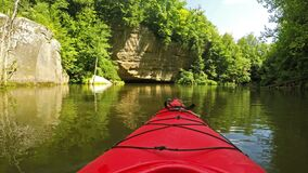 Kayaking sur Grayson Lake au Kentucky banque de vidéos
