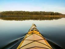 Kayaking sur l'eau vitreuse photographie stock libre de droits