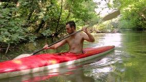 Kayaking sur la rivière clips vidéos