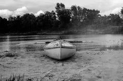 Kayaking sur le bateau jaune, dans des couleurs noires et blanches Images stock