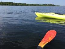 Kayaking sur un lac Photo libre de droits