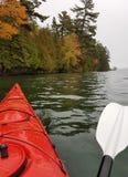 Kayaking sur un lac du nord photographie stock