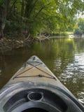 Kayaking sur une rivière un jour d'été Image libre de droits