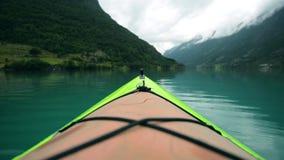Kayaking tematu materiał filmowy Kajak na jeziorze zdjęcie wideo