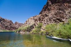 Kayaking in un lago Fotografie Stock Libere da Diritti