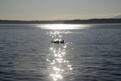 Kayaking under grå himmel Royaltyfri Bild
