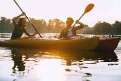 Kayaking wpólnie jest zabawą obrazy royalty free
