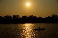 Kayakingsboot in pak bij stad Stock Afbeelding