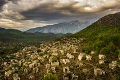 Kayakoyhuizen in historcial Lycian-dorp van Kayakoy, Fethiye, Mugla, Turkije Panoramische die Spookstad Kayaköy, in vroeger tijd royalty-vrije stock fotografie
