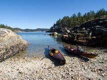Kayaks échoués sur la prise étroite   Images libres de droits