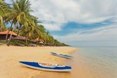 Kayaks на тропическом пляже Стоковые Фото