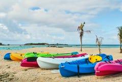 Kayaks на тропическом пляже Стоковая Фотография RF