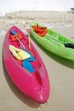 kayaks пляжа цветастые Стоковая Фотография RF