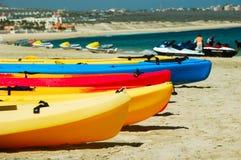 Kayaks attendant patiemment Images libres de droits