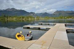 Kayaks au dock de montagne Image stock