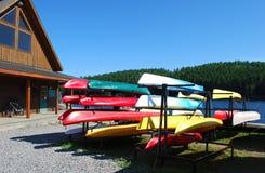 Kayaks colorés images libres de droits