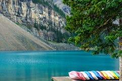 Kayaks colorés BeautifulLake Image libre de droits